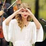 Taylor+Swift+performs+surprise+free+concert+EmKROI5LQ_1l