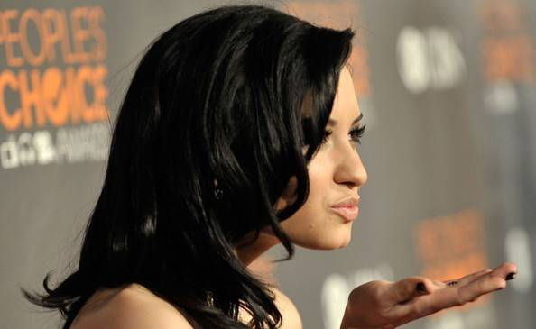 People-s-Choice-Awards-2010-Press-Room-demi-lovato-9772650-594-582